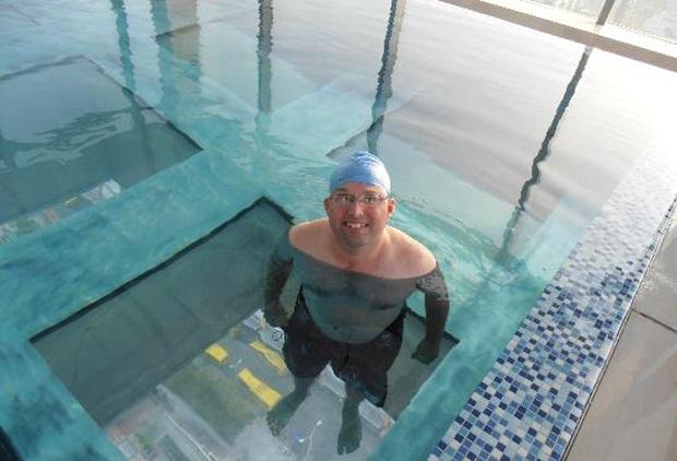 снимка на уникален стъклен басейн