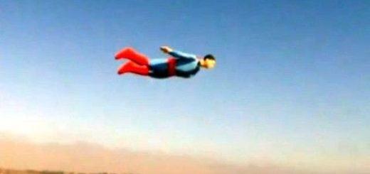 супермен в небето над Сан Диего - Снимка