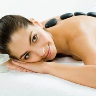 релаксиращ масаж с горещи вулканични камъни