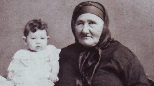 Баба Тонка с първата си внучка Тонка Обретенова