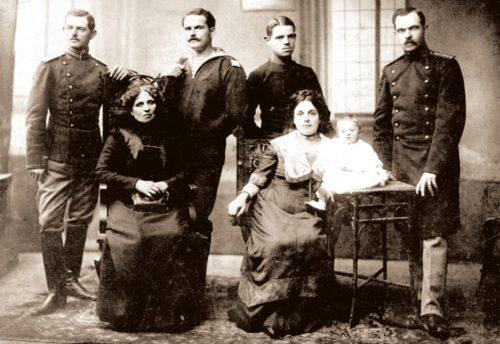 Райна Княгиня и синовете и внучката и